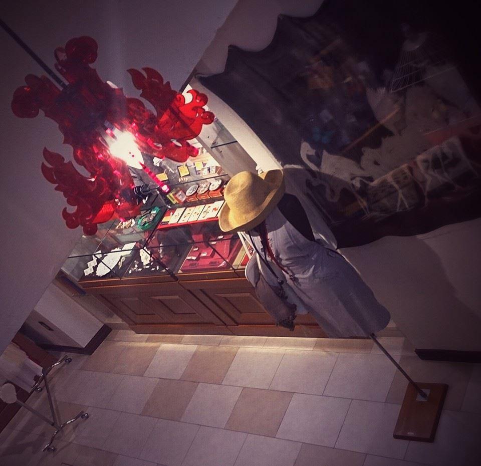 階段から赤い照明